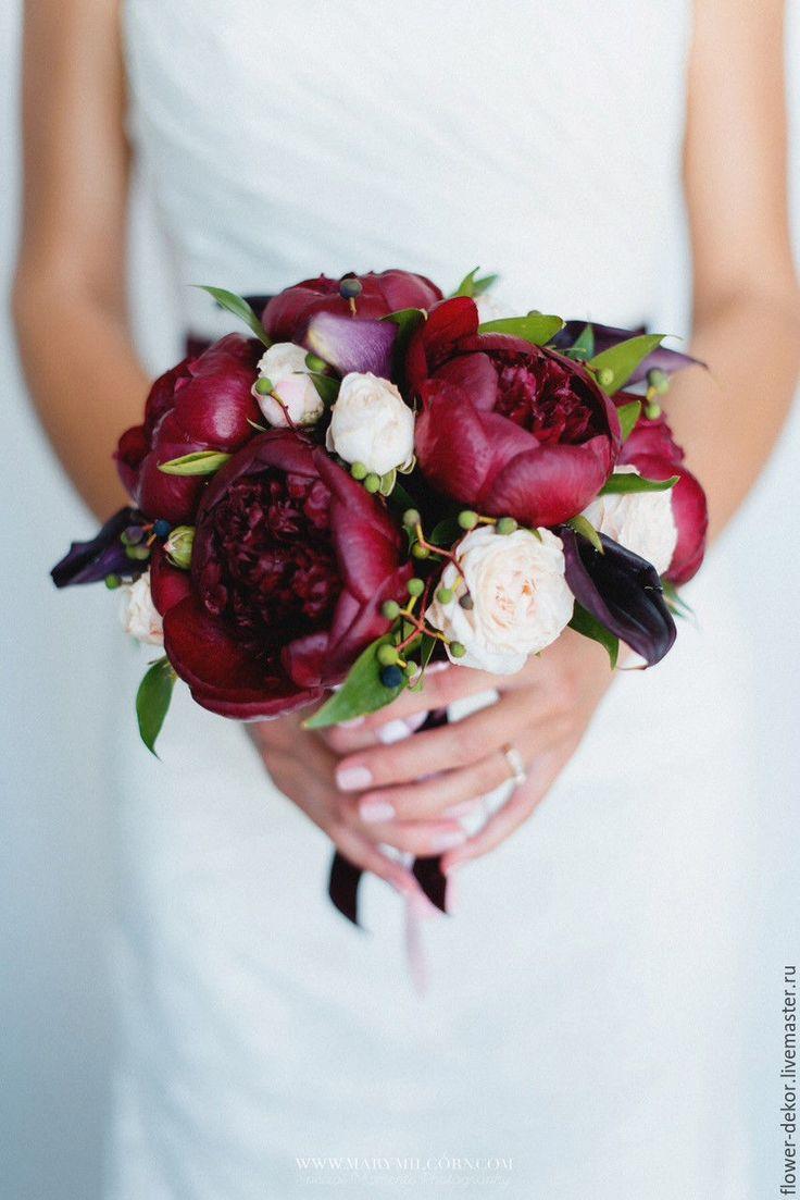 Свадебный, бордовый букет из пионов