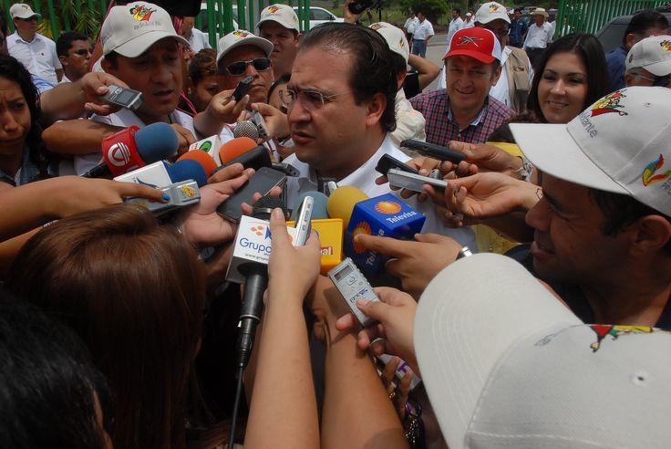 El gobernador Javier Duarte atendió a la prensa que se dió lugar para presenciar el banderazo de salida al primer contenedor de carne empacada a Japón