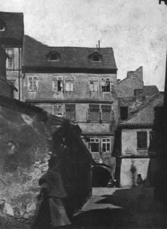"""Dvůr domu č.p. 156 v okrsku tzv. """"Staré školy"""". Barokní střecha. Zbořeno 1911. Foto 1908."""