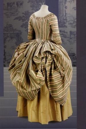 «Платье-полонез. Британия,1770-е гг. Шелк. Ручная работа. С помощью пуговиц и петель юбка платья собиралась фестонами, образующими сзади эффектную драпировку. Этот фасон был создан в Париже в подражание польскому платью, поэтому и получил такое название».