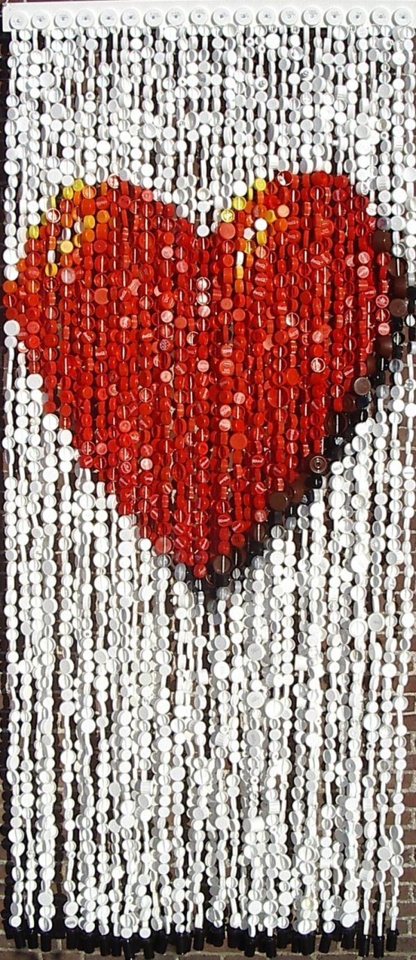 photo heart curtain-made out of bottle tops {?}