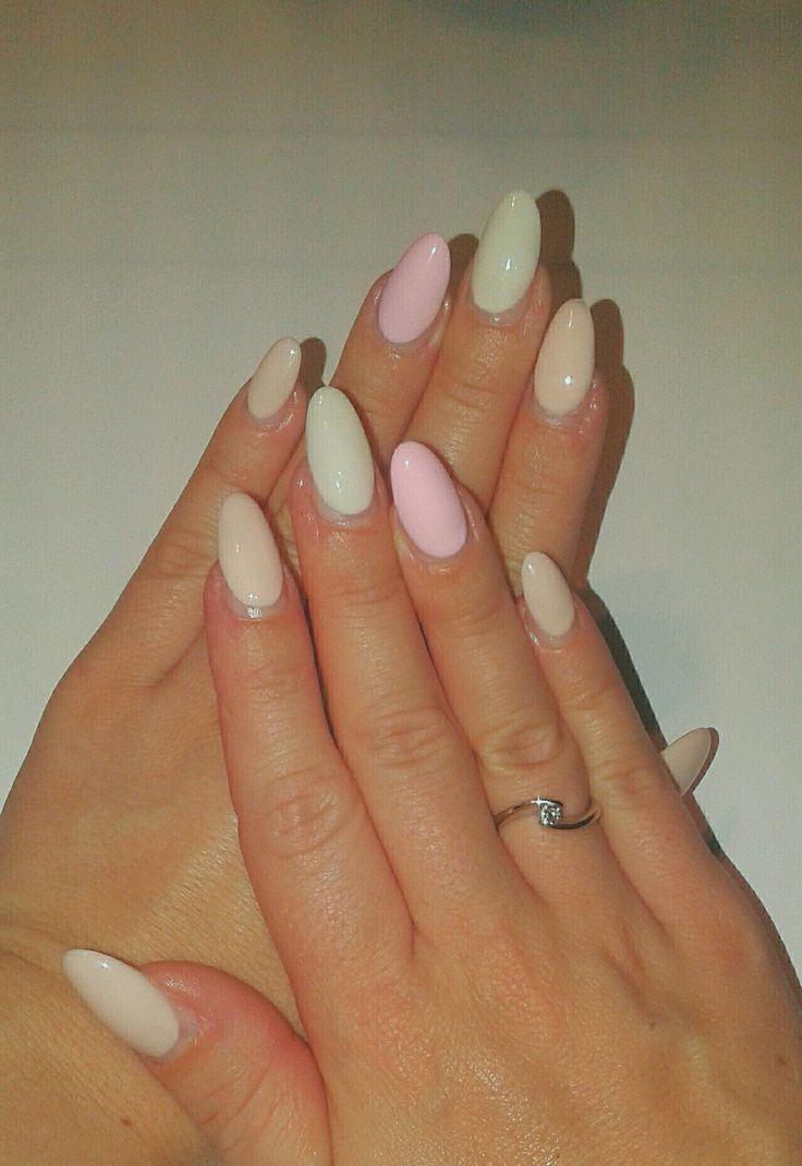 Unghie gel forma a mandorla, varie tonalità di rosa pastello e bianco