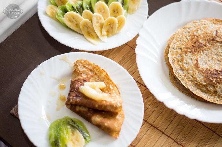 Często mam ochotę na słodkie śniadanie, wtedy zazwyczaj decyduję się na placki bądź naleśniki. By dłużej być najedzona, a posiłek był nieco zdrowszy zwykłą mąkę zastępuję pełnoziarnistą. Skład (6 n...