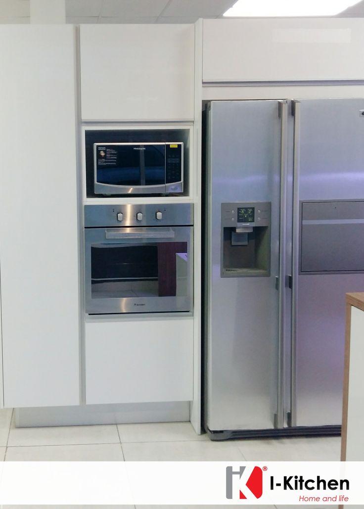 Hermosa cocina con empotrado de nevera horno y microondas Mueble para horno