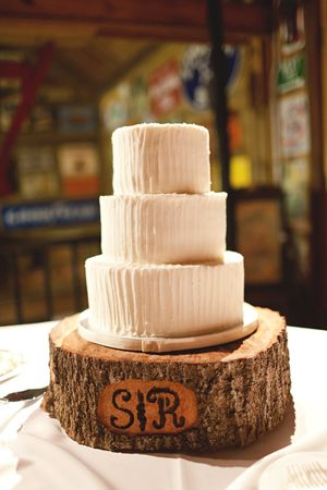 simple white cake on a rustic tree trunk cake stand | Andi Mans #wedding : tree stump cake plate - pezcame.com