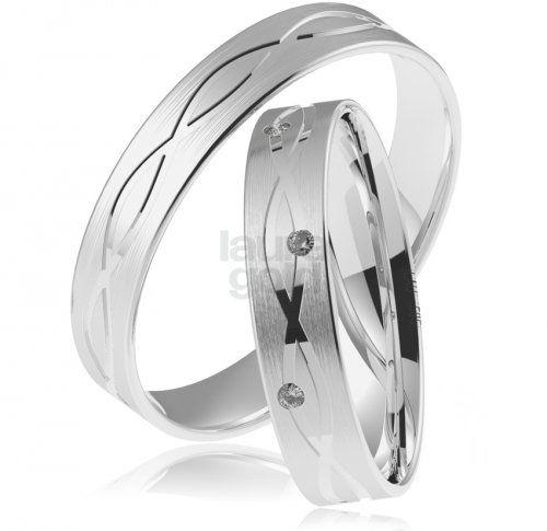 svadobné obrúčky - 841   Zaujímavé gravírovanie po celom obvode zdobí tieto elegantné obrúčky z bieleho zlata. Povrchová úprava pozdĺžneho matovania spojená s elegantonou prstienkovou ozdobou sú tou správnou voľbou vo Váš veľký deň. Zirkón osadený do dámskeho prstienka Vám za príplatok vymeníme za pravý briliant. - #wedding #rings #exhibition #instalike #instagood #sperky #obrucky #2016 #svadba #wedding #slovensko #lauragold #goldsmith