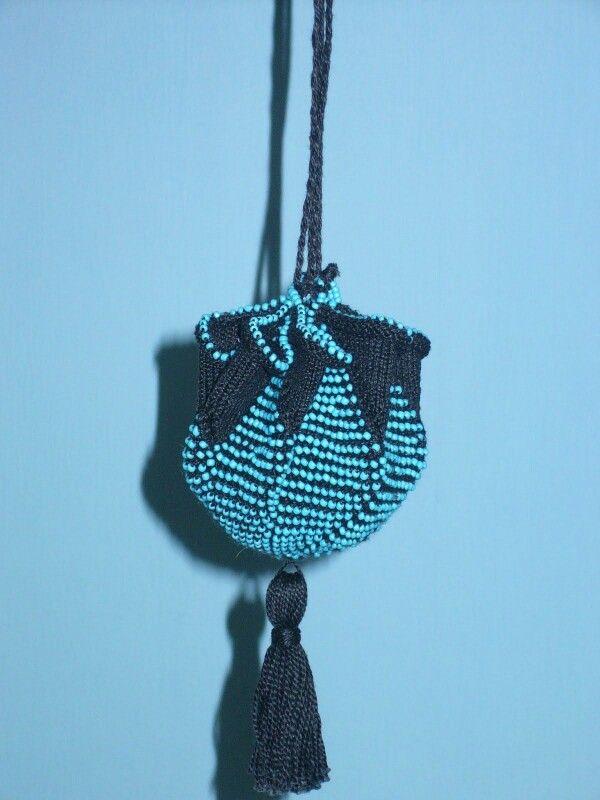 Beaded pouch (knitting) in black and beaded blue star. Pattern from Anke Grevers, Kralentasjes breien. Created by Jeannette de Meyer