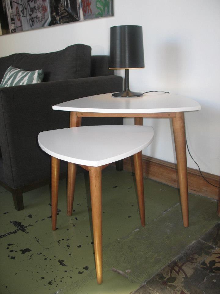 Mesa de apoyo LIFF (tapa laqueada de blanco y patas lustradas)