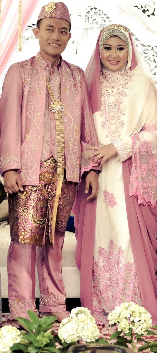 syar'i #wedding #hijab #khimar http://novaliantika.wordpress.com/2013/12/06/disewakan-wedding-dress-ala-rabbani/moment-bawah/#main