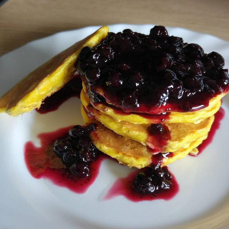 Prosty sposób na pożywne śniadanie? Placuszki - u mnie w każdym możliwym wydaniu. Ostatnio zrobiłam takie z płatków owsianych. Z owocami smakują naprawdę bardzo dobrze :)Składniki (na 1 porcję):2 łyżki płatków owsianych bezglutenowych1 łyżka mąki (dałam ryżową)1 jajko2 łyżki mleka (dowolnego)1 łyżeczka słodzidła (dałam ksylitol; jeżeli wolicie słodsze, dodajcie więcej)Wszystkie składniki mieszamy łyżką, zostawiamy na chwilę. Smażymy na suchej patelni, podajemy z owocami, jogurtem albo…