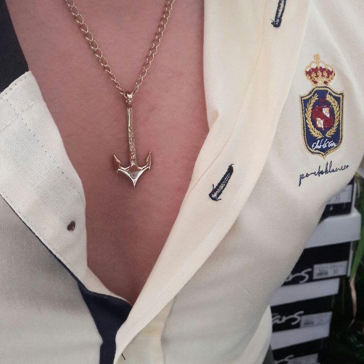 """Collar de ancla bañada en oro 18K. Artículos hechos en México por la marca """"Moon & Rain"""" y de venta exclusiva en """"Tiendas Platino"""" #TiendasPlatino #Moda #Hombre #Camisa #Pantalón #Calzado #Mocasín #Outfit #Mens #Fashion #Dapper #Ropa #México #Looks #Style #Anchor #Ancla"""