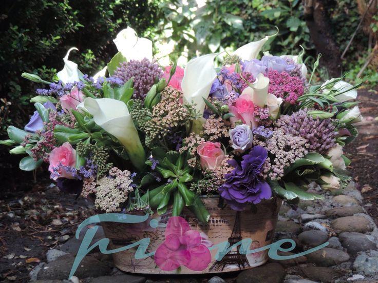 Alcatraces, rosas y lisianthus
