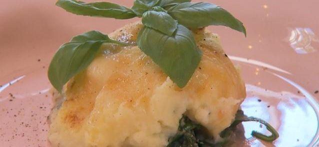Een lekker pittig en gezond ovenschoteltje met botermalse kip, spinazie, romige aardappelpuree en pikante kaas. Complete gezinsmaaltijd of voor 2 personen voor...