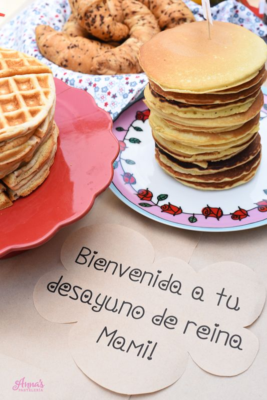 Bar de Waffles, Croissants y Panquecas (panqueques, pancakes, tortitas), idea genial de desayuno o brunch para el dia de las madres o un cumpleaños en casa, súper fácil y bonito! Es del blog www.annaspasteleria.com donde además se pueden descargar GRATIS todos los identificaadores para hacer la mesa! - Waffle and pancake bar with free printables!! Great idea to use as a mother