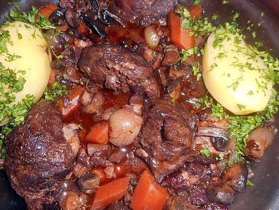 La meilleure recette de Joues de porc à la bourguignonne! L'essayer, c'est l'adopter! 5.0/5 (6 votes), 6 Commentaires. Ingrédients: 4 joues de porc 380 gr en tout, 8 oignons sauciers, 200 gr de champignons de paris, 180 gr de lardons fumés, 2 carottes,une gousse d ail,un bouquet garni,beurre,huile,10 cl de jus de veau ,35 cl de vin rouge,une cac de cumin en poudre,2 cas de persil haché
