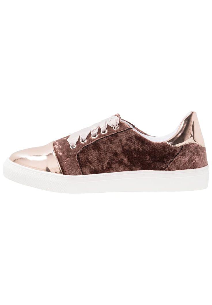 ¡Consigue este tipo de deportivas de Lost Ink Wide Fit ahora! Haz clic para ver los detalles. Envíos gratis a toda España. Lost Ink Wide Fit WIDE FIT REBEL TOE CAP PLIMSOLL Zapatillas brown: Lost Ink Wide Fit WIDE FIT REBEL TOE CAP PLIMSOLL Zapatillas brown Zapatos     Material exterior: piel de imitación/tela, Material interior: tela, Suela: fibra sintética, Plantilla: tela   Zapatos ¡Haz tu pedido   y disfruta de gastos de enví-o gratuitos! (deportivas, sport, deporte, deportivo, fit...