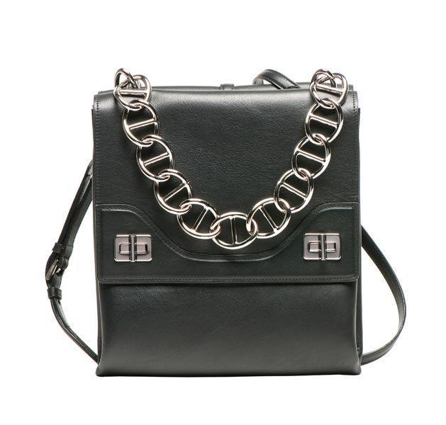 Le borse piccole sono diventate un vero must e non si portano più soltanto di sera. E se il dubbio che vi resta è: ma come faccio a farci star