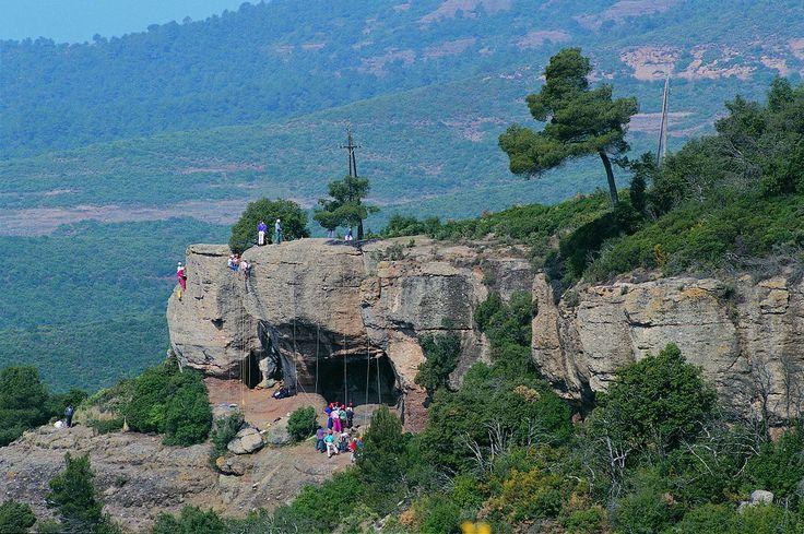 Les parcs nationaux en Catalogne - Envie de #Catalogne. Sant Llorenç del Munt i l'Obac, #Catalunya Central Ce parc naturel est une montagne au climat très sec et ses nombreux pins et chênes. Il attire surtout les visiteurs grâces à son grand nombre de gisements préhistoriques, ses cavernes et ses sites archéologiques.