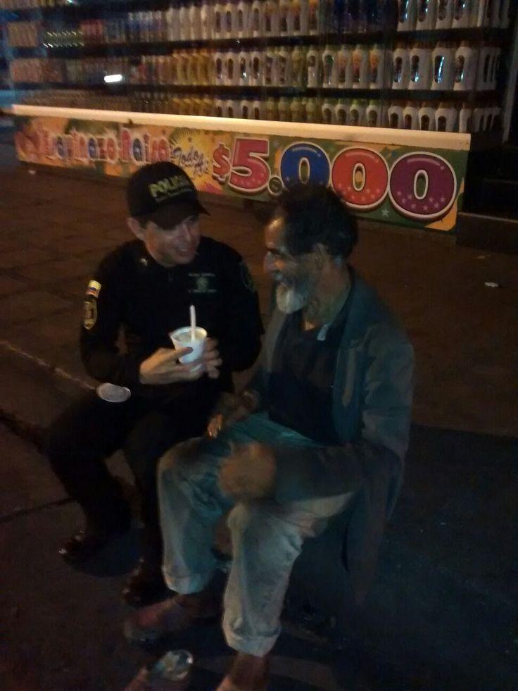 En el mes del #Amor y #Amistad el ESMAD dejó su armadura y su casco, para llevar un arroz con leche a los habitantes de calle. #UnCompromisoDeCorazón