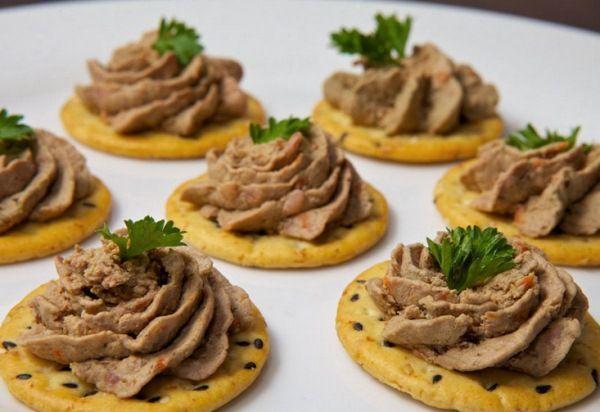 Печеночный паштет из куриной печени Приготовьте на новогодний стол отличное блюдо – паштет из куриной печени, рецепт закусочный, для тарталеток и крекеров