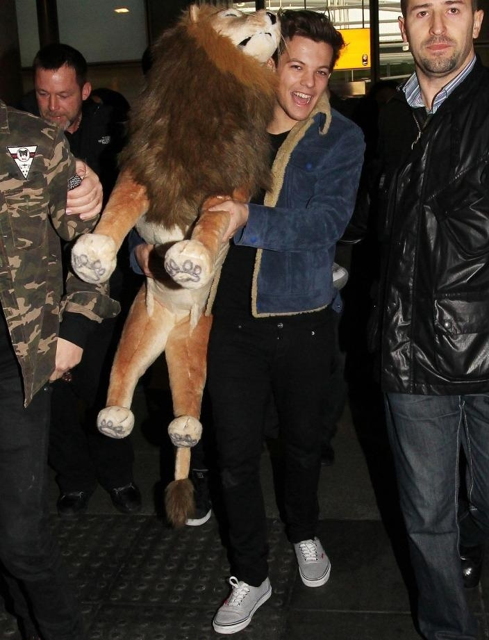 Louis Tomlinson holding Andy