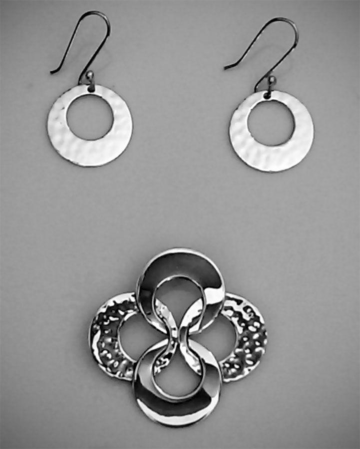 Set de Aretes y Dije de Plata .925 Martillado y Liso Diseño: Circular con partes lisas y otras martilladas