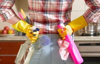 今年もあとわずか。大掃除のプレッシャーが重くのしかかっている人も多いのではないでしょうか?寒さに震えながらの窓ふきや玄関掃除、キッチンにこびりついた油汚れ……想像するだけで憂うつになってしまいますね。
