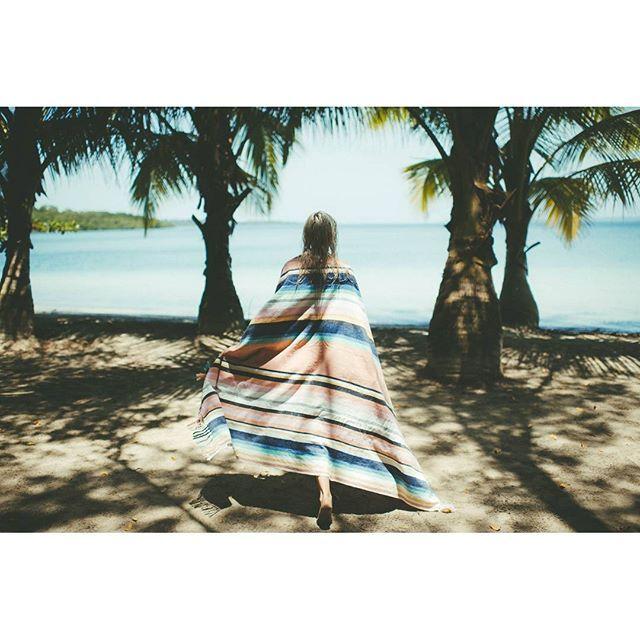 De costas voltadas para o tempo chuvoso e ventoso. Só temos olhos para mares azuis e sombras de palmeiras. #billabongwomen #miudaeoteudia #ericeirasurfskate #viveosonho #esslifestyle