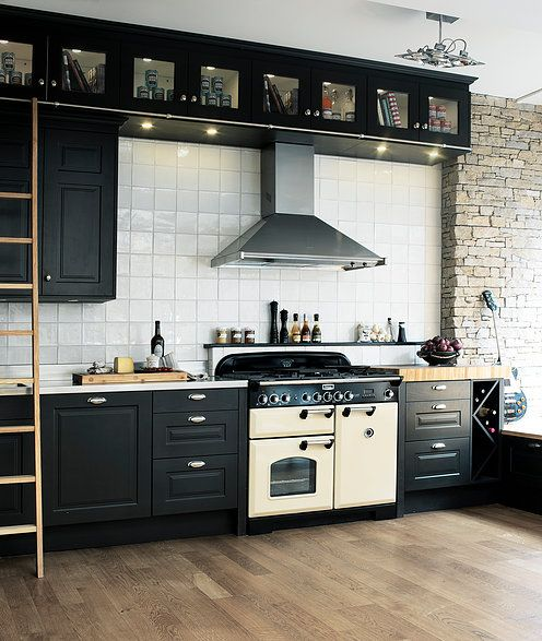 Svart kök - Ett riktigt brasseriekök  med härliga skåp på skåp. Reling med Köksstege i ask. Bänkskiva till höger om spisen med huggkubb, också den i vacker kärnask. Askens årsringar utgör ytan. Köksluckorna i lackerad fanerad ask är målade i en djup matt svart nyans. Kaxiga skålhandtag i krom.  Modellen heter Tjärö salt och peppar och kommer ifrån SandC of Kristianstad. Ett unikt kökskoncept! - Skräddarsytt, vackert och funktionellt för varje kund till ett riktigt vettigt pris. www.sandc.se