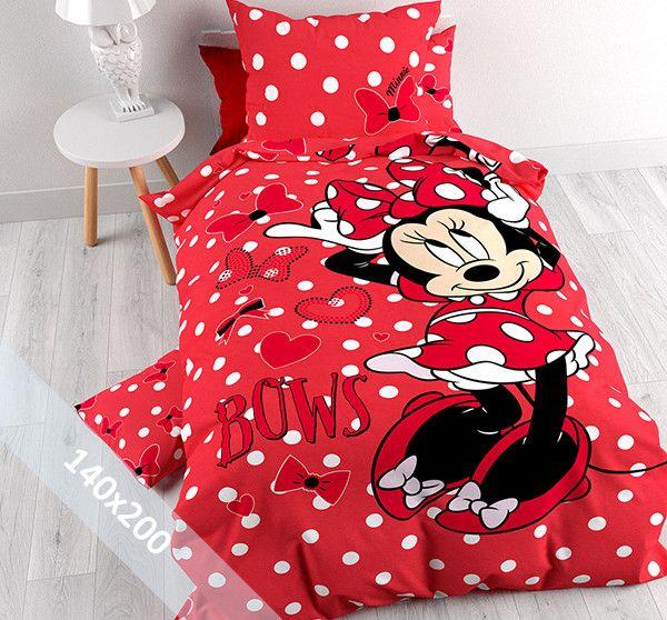 Het dekbedovertrek 'Minnie Bow' van Disney laat Minnie Mouse op haar mooist zien. Minnie doet net haar strik op haar hoofd en zet deze recht. Zoals we Minnie Mouse kennen is ze verzorgd als altijd. Haar prachtige jurk met polkadot patroon past perfect bij de strik met hetzelfde motief. Ook haar rode schoenen met kleine strikjes passen er geweldig bij.