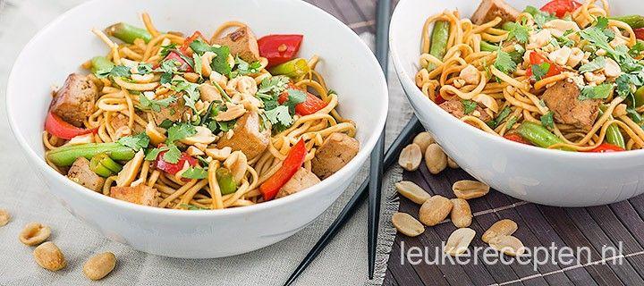 Makkelijk vegetarisch recept met eiernoedels, tofu, paprika, sperziebonen en pinda's