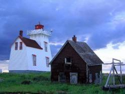 La Isla del Príncipe Eduardo 12. La Isla del Príncipe Eduardo La Isla del Príncipe Eduardo es una de las provincias marítimas de Canadá. Es una isla rodeada por el océano Atlántico y separada del territorio de Nuevo Brunswick por el Estrecho de Northumberland. Recientemente fue unida al continente americano por el Puente de la Confederación.2
