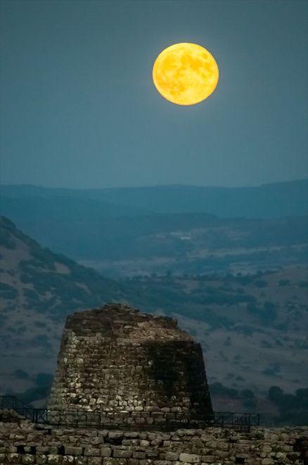 Lo spettacolo della luna che sorge dietro il nuraghe di Santu Antine - Foto - la Nuova Sardegna