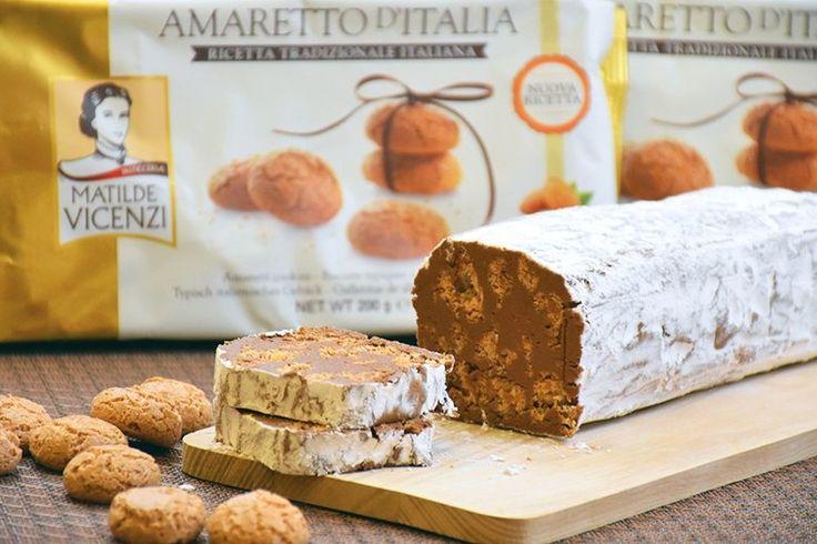 Il salame di cioccolato agli amaretti è una variante del classico dolce con biscotti secchi ancora più golosa e particolare. Ecco la ricetta