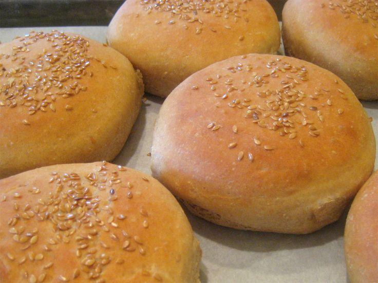 Сдобные булочки для гамбургеров https://foodmag.me/sdobnye-bulochki-dlya-gamburgerov  Время приготовления: 170 мин. Сложность приготовления: Просто Количество порций: 6 Количество ингредиентов: 16  Ингредиенты: 4 стакана пшеничной муки.  0.75 ч. ложки соли.  2 ст. ложки сахарного песка.  2.5 ст. ложки нежирного сухого молока.  1 ст. ложка сухих дрожжей.  3 ст. ложки размягченного сливочного масла.  1 стакан горячей воды. Для украшения:растопленное сливочное масло.  мак.  кунжут.  тертый сыр…
