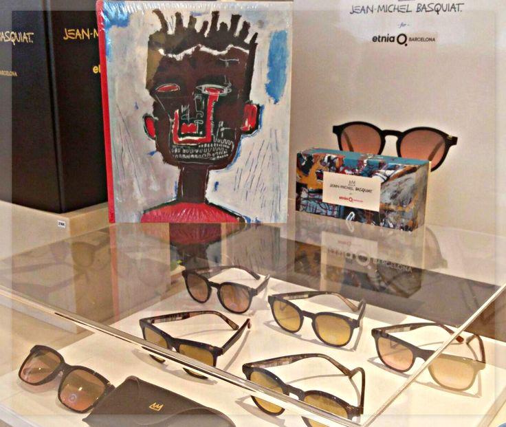 Vine a veure la nova col.lecció d'ulleres de sol que inclouen detalls de les peces d'art de Jean-Michel Basquiat.  Hi ha 7 models diferents! Emporta't el que més t'agradi!