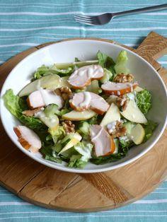Snelle Waldorf Salade Veldsla gerookte kipfilet 1appel 1/2 komkommer 2handjes walnoot 1 eetl mayonaise 2eetl yoghurt sap 1/2citroen Peper en zout