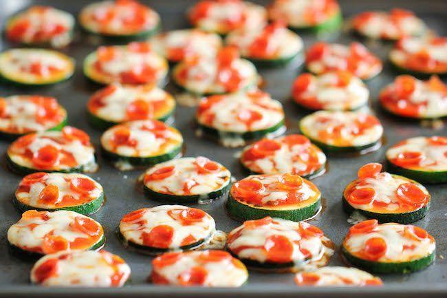 Een lekker koolhydraatarme snack, mini courgette pizza's. Deze makkelijk te maken mini pizza's zijn heerlijk om te eten als gezonde late-night snack.