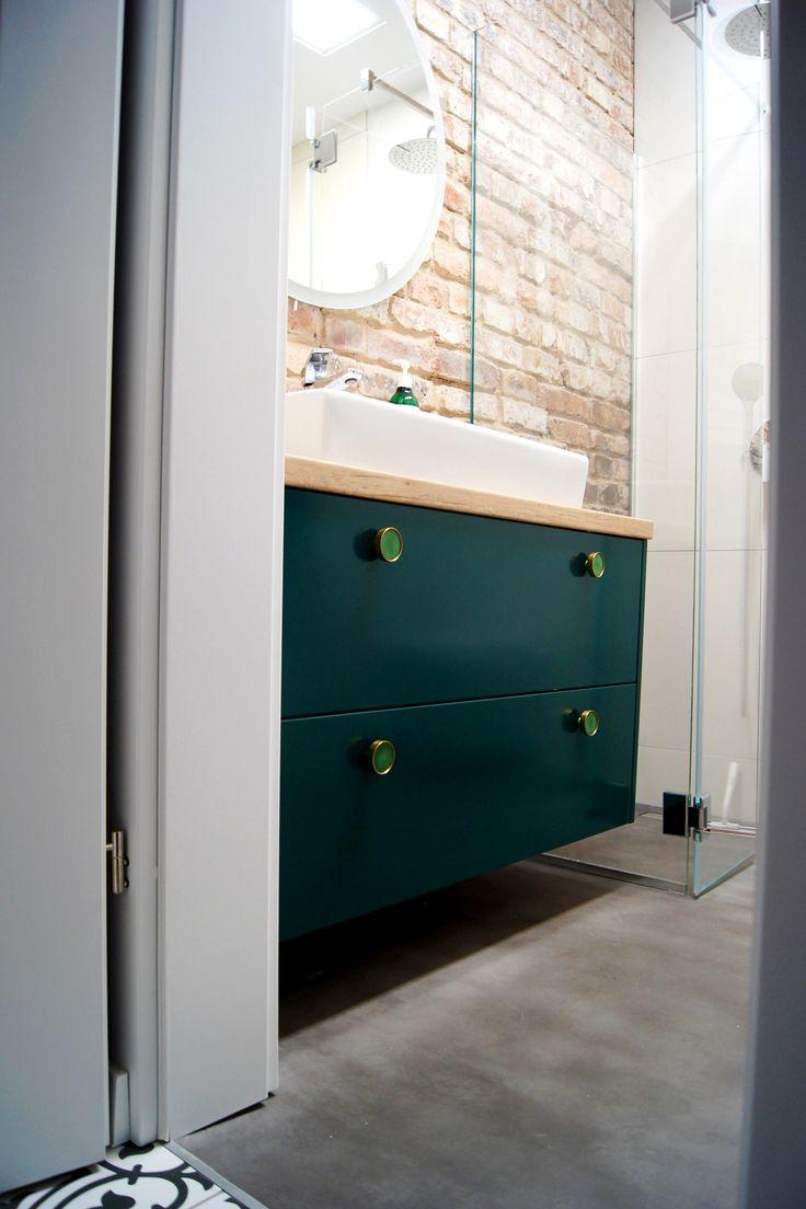 Szafka łazienkowa w kolorze ciemnozielonym.  Realizacja mieszkanie Katowice, zabytkowe osiedle Nikiszowiec. Łazienka, ciemna zieleń, złote uchwyty, cegła, industrial ,  dark green , bathroom cabinet, brick