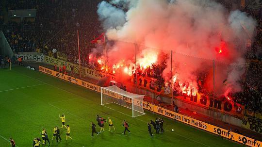 """Die SG Dynamo Dresden zieht aus dem Fehlverhalten einiger Fans beim Spiel in Magdeburg und den Aufstiegsfeiern im eigenen Stadion weitreichende Konsequenzen.  Auf Auswärtstickets wird von sofort an ein Zuschlag von drei Euro erhoben, mit denen zusätzliche Betreuer und Ordnungskräfte bezahlt werden sollen. Der Klub wird außerdem keine Sonderzüge mehr für die Fans organisieren. """"Damit soll"""