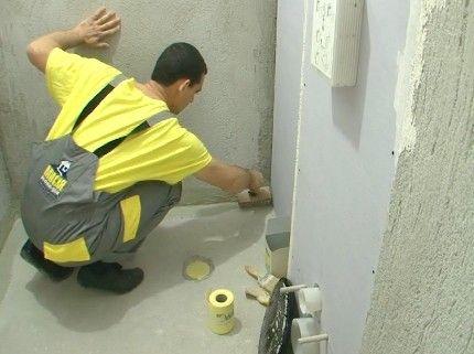 Подмяна на водопровод, подова замазка, хастарна мазилка и монтаж на сруктура за вградено тоалетно казанче. Нова система с гипскартонени плоскости със стъклен воал и лепене на плочки.