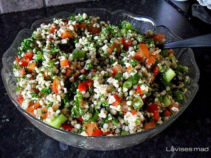 perlespelt salat. 325 g. Perlespelt, rå 5 stk. Tomater, store 1 stk. Peberfrugt, rød 1 bdt. Forårsløg 75 g. Persille 2 - 3 spsk. Citron, saft fra 4 - 6 spsk. Olivenolie Salt  Peber