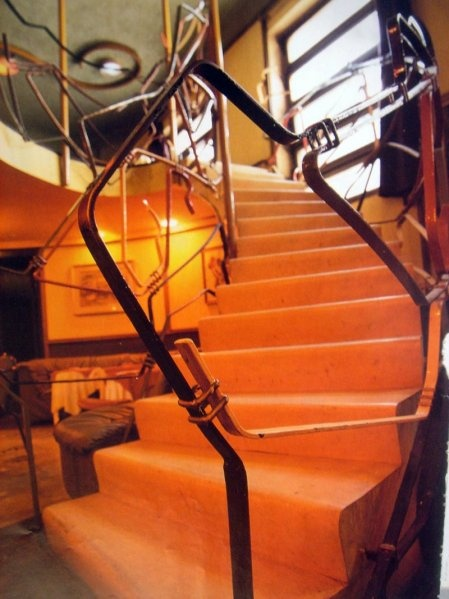 Nella sala disegna quattro scale che collegano il mezzanino e la sala, che cambiano a seconda della superficie su cui salgono. Le balaustre sono disegnate da mollino stesso.