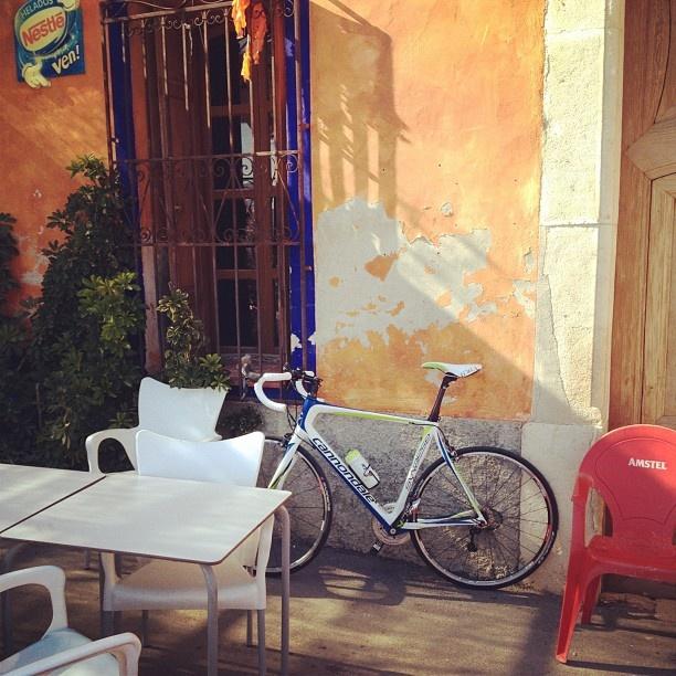 In een rustiek café de drinkebus bijvullen. Aqua por favor #procyclingexp (By Johan Peeters)