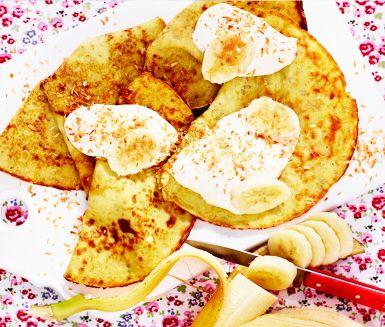Bananpannkaka som passar lika bra till frukost, som mellanmål eller middag. Mild i smaken och helt utan gluten passar den hela familjen. Servera bananpannkakan med färska bär eller turkisk yoghurt med honung.