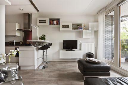 Dr Cuyperslaan 40-06, Eindhoven - instapklaar, hoogwaardig afgewerkt twee-kamer appartement met lift, fraaie, gezellige woonkamer met zeer veel lichtinval en heerlijk balkon op het zuiden, moderne keuken met extra eetgelegenheid, slaapkamer met aansluitend badkamer voorzien van stortdouche en aparte was-/bergkamer.  Opmerkelijk appartement middels origineel woonconcept voor starters, frisse, trendy woonbeleving in combinatie met hoogwaardig afwerkingsniveau en optimaal isolatiepakket!