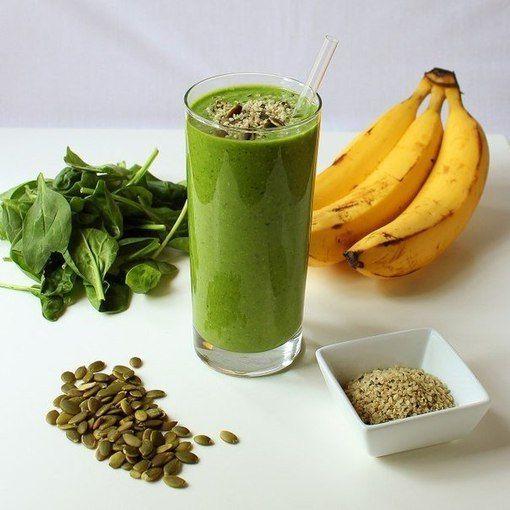 """Такой классный напиток зарядит Вас энергией на целый день, ведь в нем содержатся витамины B6, С, A, D, B12, К, E, а также магний, цинк, железо и много белка. Для приготовления смешайте в блендере 1 стакан миндального молока, 1 банан, 2 чашки шпината, 1 манго, 1/4 стакана зеленых тыквенных семечек (можно заменить орехами). Напиток должен получиться однородным и """"сливочным"""". Наслаждайтесь!"""