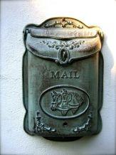 1 Brievenbus,letters -post- afbeelding paard, gietijzer,bruin-groen/grijs.
