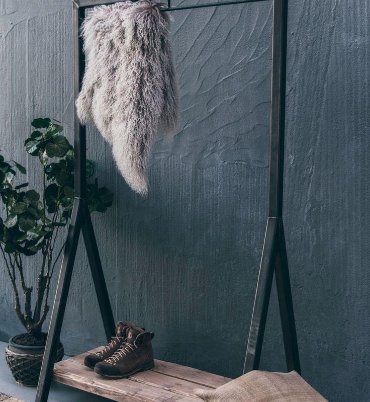 Industrielt stativ til tøj og sko - lavet af råt stål og rå planker.