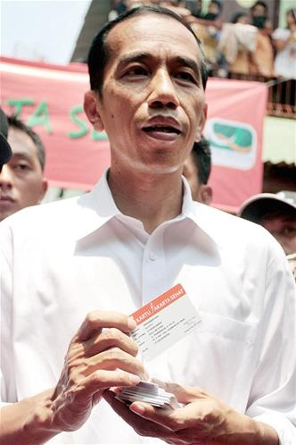 Jokowi Bagikan Kartu Jakarta Sehat